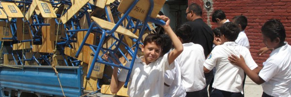 Tegucigalpa Rotarian Jimmy Dacarrett delivering desks